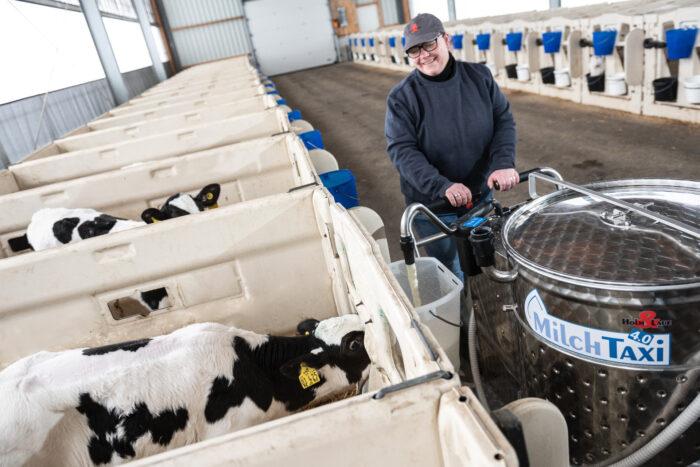 Ausdosierendes MilchTaxi in einem PenSystem-Kälberstall