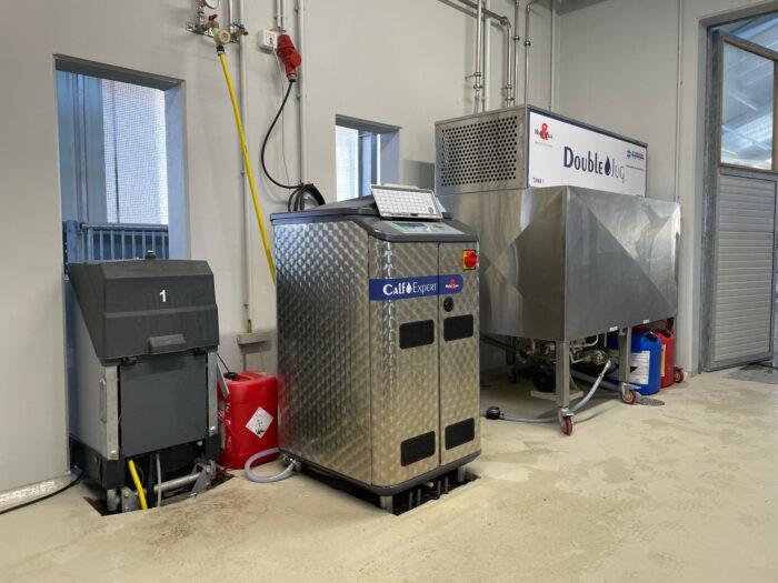 Ein CalfExpert Tränkeautomat, mit zwei Stationen und dem DoubelJug Milchkühltank